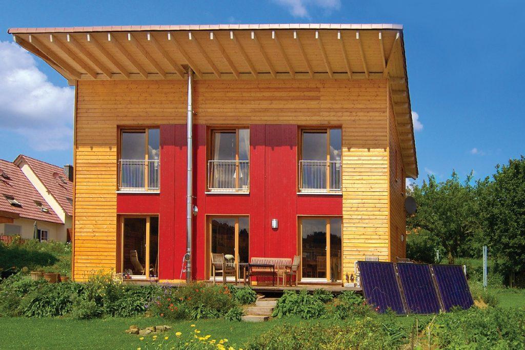 Modernes Holzhaus verschalt